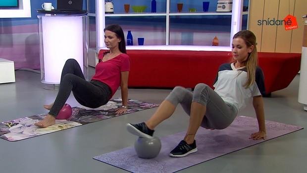 Cvičení se Snídaní: Jak využít míček k posílení paží a středu těla?
